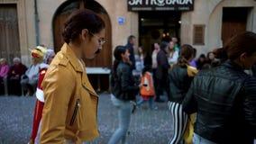 HISZPANIA, BARCELONA-13 APR 2019: M?odzi ludzie maszeruje na wakacje w nowo?ytnych kostiumach sztuka Hiszpa?ski ?wi?teczny korow? zbiory wideo