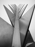 Hiszpania, Barcelona - Nowożytna statua Stoi Wysokiego Przeciw Szaremu niebu Fotografia Stock