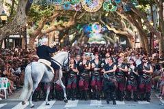 Hiszpania Denia 15 Sierpień 2018 parady chrześcijanin i cumuje na głównej ulicie miasto zdjęcia stock