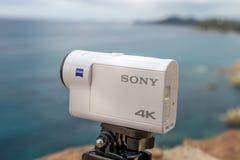 Hiszpania Lloret De Mar Wrzesień 2017 Akci kamera Sony x 3000 przeciw morzu Illustrative artykuł wstępny Obraz Royalty Free