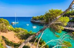 Hiszpania Majorca Cala Llombards idylliczna zatoka z łodziami zdjęcia royalty free
