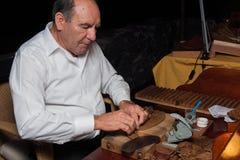 HISZPANIA, TENERIFE, ABAMA RITZ, LUTY 2016: Torcedor stacza się ręcznie robiony cygar parejos Zdjęcia Royalty Free