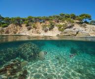 Hiszpania wybrzeże z rybim piaskiem i skały podwodne obrazy royalty free