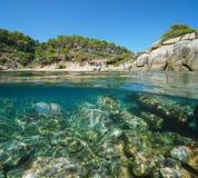 Hiszpania zatoczka z skały podwodnym morzem i budą fotografia stock