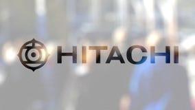 Hitachi-Logo auf einem Glas gegen unscharfe Menge auf dem steet Redaktionelle Wiedergabe 3D vektor abbildung