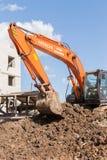 Hitachi orange Digger Moving Soil Photos libres de droits