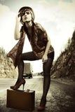 девушка hitchhiking чемодан Стоковое Изображение