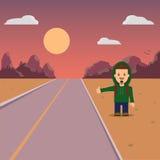 hitchhiking Un hombre con un caminante de la mochila Paisaje y puesta del sol de la montaña Fotografía de archivo libre de regalías