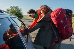 Hithikers que habla con un conductor imagen de archivo