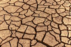 Hitte verbrijzelde aarde in de woestijn royalty-vrije stock foto