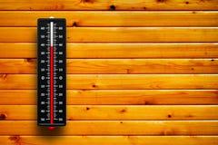 Hitze des Thermometers 3d auf hölzernem Hintergrund Stockfoto