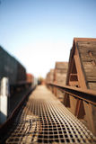 Hitze-verformtes Metallnetz auf einem hölzernen Güterzuglastwagen Stockfotografie