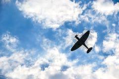 Hitzkopf auf blauem bewölktem Himmel stockfotografie