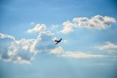 Hitzkopf im Flug auf blauem bewölktem Himmel stockbild