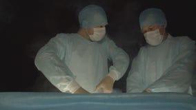 Hiurge的两位外科医生做手术使用cryotherapy的液氮去除恶瘤,肿瘤 现代方法  股票视频