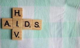 HIV dell'AIDS nei caratteri in grassetto di legno sul letto immagine stock