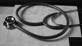 HIV et essai d'hépatite avec le stéthoscope banque de vidéos