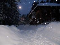 Hiver égalisant la lanterne couverte de neige de vieille maison Images stock