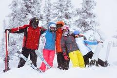 Hiver adulte heureux de skieurs d'amis Image libre de droits