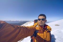 Hiver augmentant dans les montagnes avec un sac à dos photos libres de droits