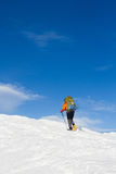 Hiver augmentant dans les montagnes sur des raquettes avec un sac à dos et une tente Photos libres de droits