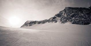 Hiver avec des pentes de ski de station de vacances de kaprun Photo stock