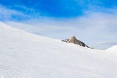Hiver avec des pentes de ski de station de vacances de kaprun Image stock