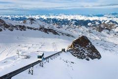 Hiver avec des pentes de ski de station de vacances de kaprun Image libre de droits