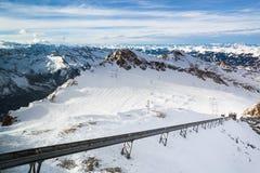 Hiver avec des pentes de ski de station de vacances de kaprun Images stock