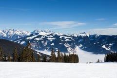 Hiver avec des pentes de ski de station de vacances de kaprun Images libres de droits
