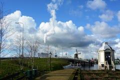 Hiver-ciel au-dessus de De Zaanse Schans en Hollande Images stock