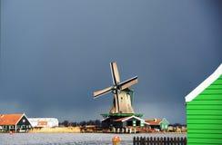 Hiver-ciel au-dessus de De Zaanse Schans en Hollande Images libres de droits