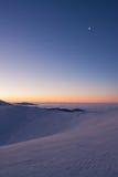 Hiver coloré minutes avant lever de soleil dans les montagnes carpathiennes Photographie stock libre de droits