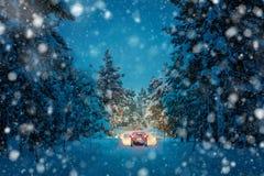 Hiver conduisant la nuit chutes de neige - lumières de voiture dans la route neigeuse image stock