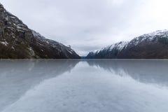 Hiver congelé par fjord de Hardanger avec des hangars Norvège photos libres de droits