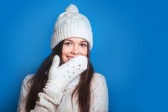 Hiver d'amour Femme heureuse assez jeune dans des vêtements d'hiver Image libre de droits