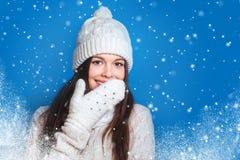 Hiver d'amour Femme heureuse assez jeune dans des vêtements d'hiver Image stock