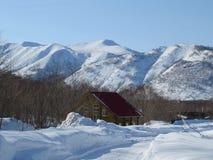 Hiver dans le Kamtchatka Neige et vue de gel des collines et des arbres image stock