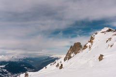 Hiver dans les montagnes avec le ciel nuageux photo libre de droits