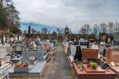 Hiver dans une petite ville en Savoie française photographie stock libre de droits
