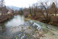 Hiver dans une petite ville en Savoie française photo stock