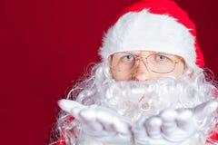 Hiver de Noël avec Santa Claus soufflant le scintillement magique Images stock