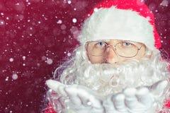 Hiver de Noël avec Santa Claus soufflant le scintillement magique Image libre de droits