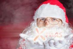 Hiver de Noël avec Santa Claus soufflant le scintillement magique Image stock