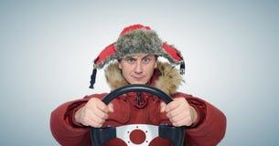 Hiver drôle d'homme conduisant, concept d'entraînement de voiture Photo libre de droits