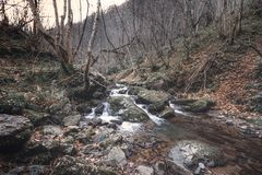 Hiver en rivière qui court l'itinéraire du Xanas photos libres de droits