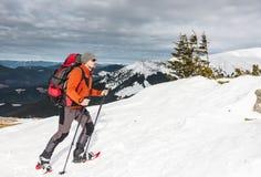 Hiver escaladant la montagne images stock