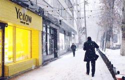 Hiver et chutes de neige dans les rues de la ville image libre de droits