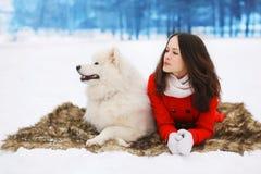 Hiver et concept de personnes - belle femme avec le Samoyed blanc Photographie stock