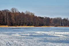 Hiver - lac congelé, Rogoznik, Pologne photographie stock libre de droits